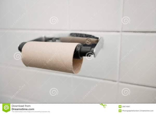 close-up-do-rolo-terminado-do-papel-higiênico-no-banheiro-29674991