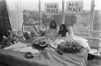 John_Lennon_en_zijn_echtgenote_Yoko_Ono_op_huwelijksreis_in_Amsterdam._John_Lenn,_Bestanddeelnr_922-2302