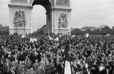 vue-de-la-manifestation-de-soutien-au-general-de-gaulle-le-30-mai-1968-sur-les-champs-elysees-a-paris-photo-stf-afp-1527191608