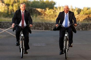 O Primeiro-Ministro António Costa (D) acompanhado do Presidente do Governo Regional dos Açores Vasco Cordeiro (E) passeiam de bicicleta em Santa Cruz da Graciosa, Graciosa, Açores, 29 de abril de 2016- TIAGO PETINGA/LUSA