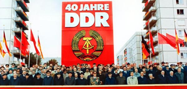 Militaerparade-zum-40-jaehrigen-Bestehen-der-DDR