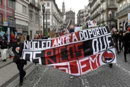"""Manifestação antirracista e antifascista """"Não ao racismo – concentração pacífica contra o racismo"""", no Porto, 6 de junho de 2020. A manifestação é organizada pela Frente Unitária Antifascista (FUA) e Plataforma Antifascista Lisboa e Vale do Tejo (PALVT), junta-se ao protesto marcado """"Resgatar o Futuro, Não o Lucro"""". FERNANDO VELUDO/LUSA"""